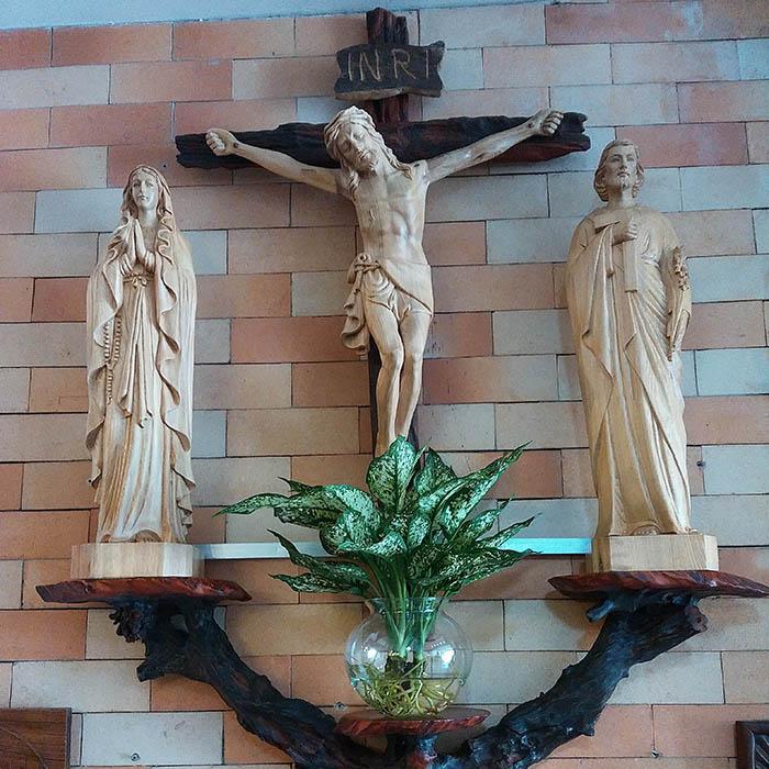 Các mẫu bàn thờ chúa treo tường đẹp và cách bày trí 2