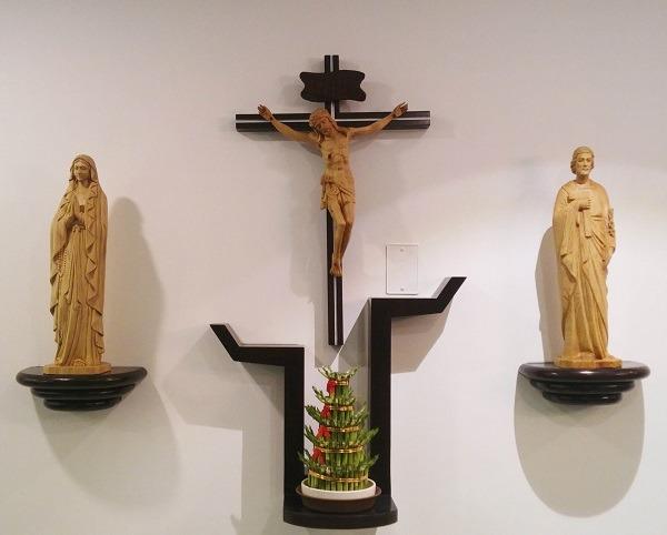 Các mẫu bàn thờ chúa treo tường đẹp và cách bày trí 1