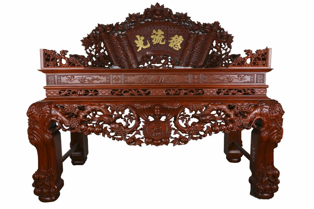 Mẫu bàn thờ ở Hòa Bình được làm bằng gỗ gụ