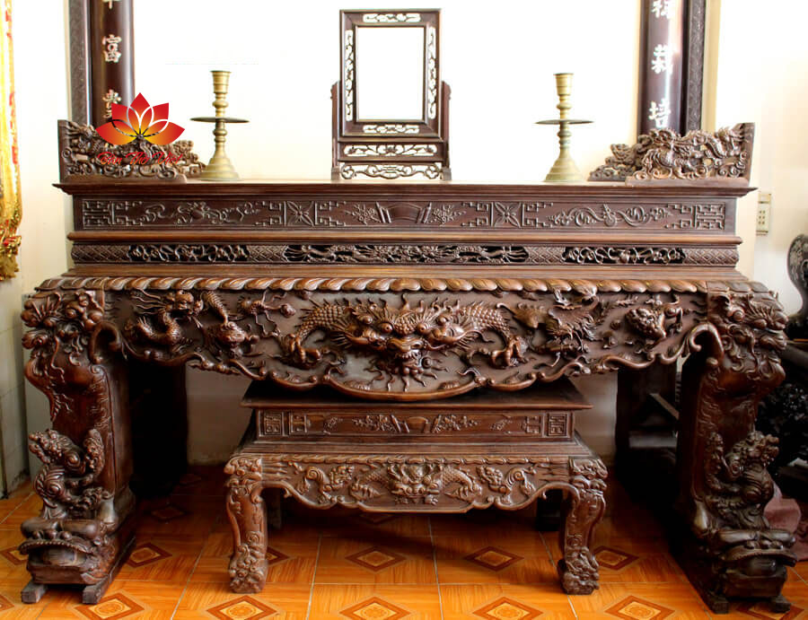 Sập thờ ở Hạ Long - Quảng Ninh được làm bằng gỗ nguyên khối