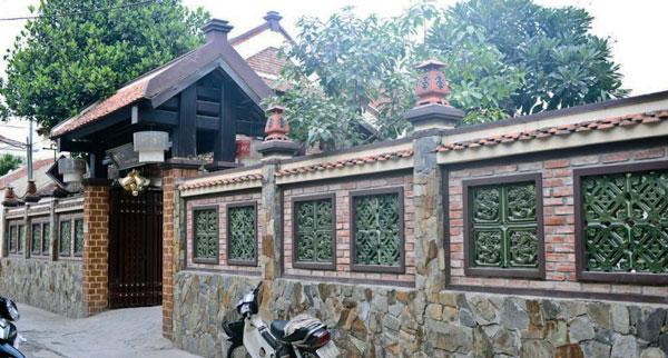 Mẫu hàng rào nhà thờ họ bằng tường bao kín có hoa văn phía trên