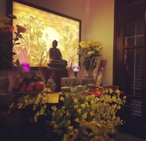 Tranh hoa sen đặt sau lưng tượng Phật càng tôn lên sự trang trọng, linh thiêng