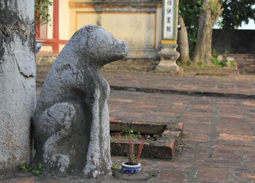 Chó đá canh trước phủ quận công Nguyễn Ngọc Trì (Hát Môn, Phúc Thọ, Hà Nội)