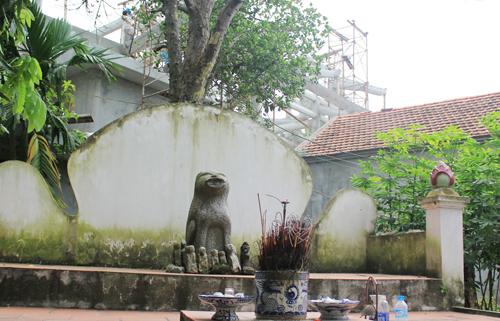 Chó đá ở làng Địch Vĩ (Phương Đình, Đan Phượng) được đặt trên bệ thờ lớn ở cạnh đình